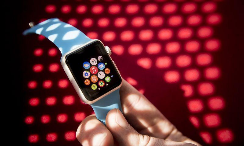 """Skaičiuojama, kad pernai parduota apie 10 mln. vienetų """"Apple Watch"""". Šių metų prognozuojami pardavimai – iki 20 mln. vnt. Vladimiro Ivanovo (VŽ) nuotr."""