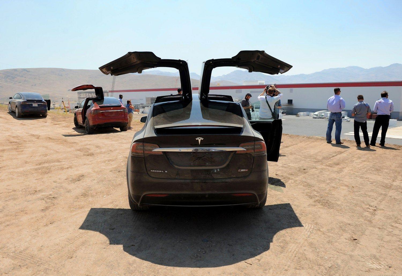 �Tesla Model 3� gamybai pasirengta, �sisuko ir �Gigafactory� krumpliara�iai