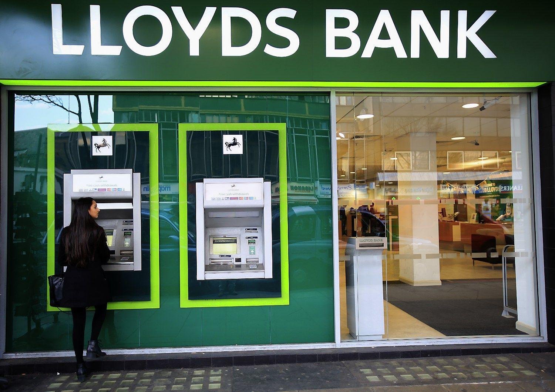"""""""Lloyds"""" padvigubino pelną, bet atleidžia 3.000 darbuotojų"""
