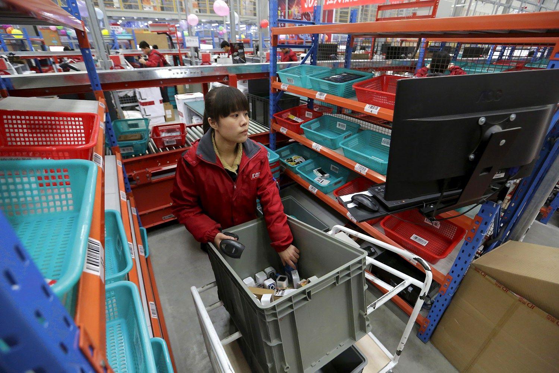 JAV prekybos mil�in� dvikova: �Walmart� bando atsilaikyti prie� �Amazon�
