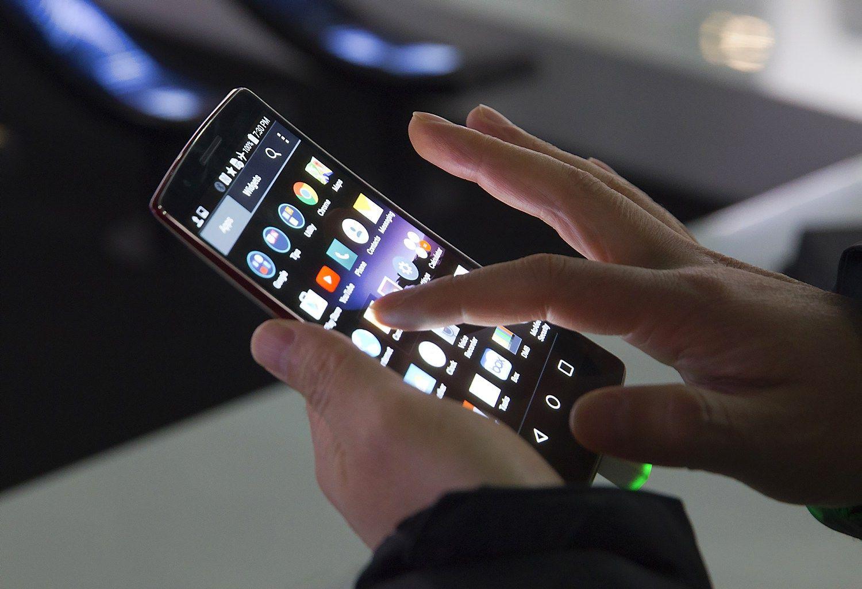 E. komercijos kanalai: išmanieji telefonai pralenkė kompiuterius