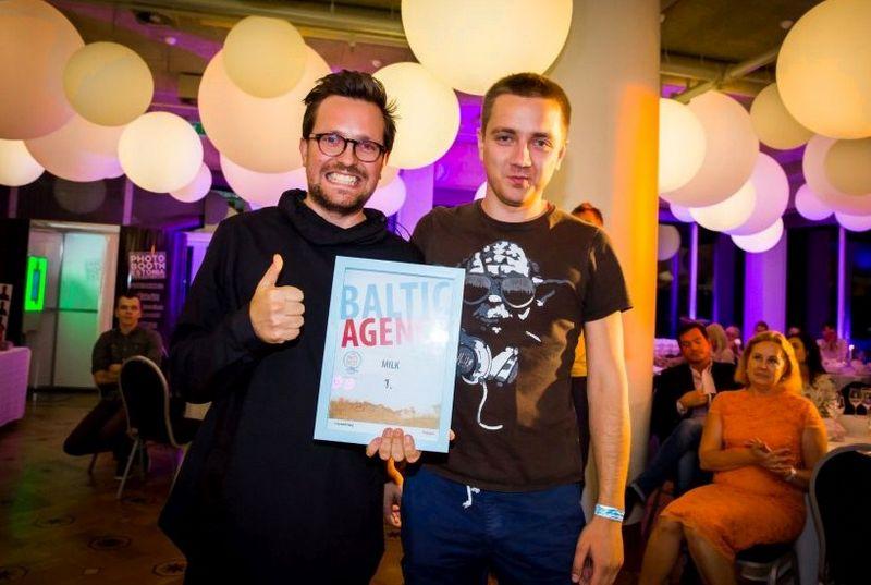 """Atsiimant apdovanojimus, Justas Radvinauskas, """"Milk"""" vyriausias meno vadovas  ir Vilius Gostevičius, """"Milk""""  grupės kūrybos direktorius. Organizatorių nuotr."""