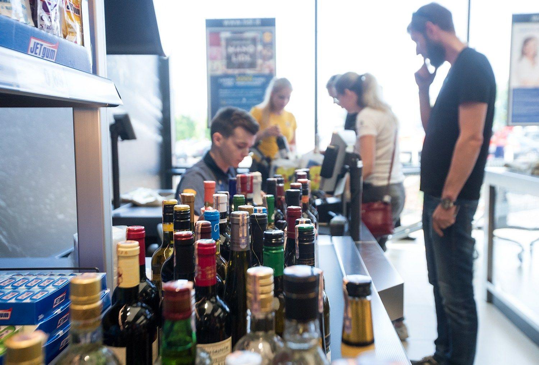 Prekybininkai laikosi susitarimo: tikrins vis� perkan�i� alkohol� dokumentus