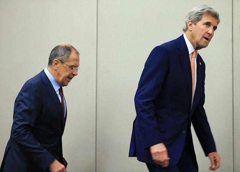 """Iš kairės: Sergejus Lavrovas, Rusijos užsienio reikalų ministras, ir Johnas Kerry, JAV valstybės sekretorius. Pierre'o Albouy (""""Reuters"""" / """"Scanpix"""") nuotr."""
