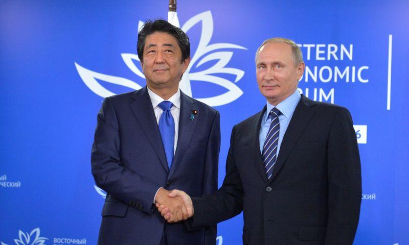 """Shinzo Abe, Japonijos premjeras, ir Rusijos prezidentas Vladimiras Putinas susitiko Vladivostoke. Aleksejaus Družinino (""""Sputnik"""" / """"Scanpix"""") nuotr."""