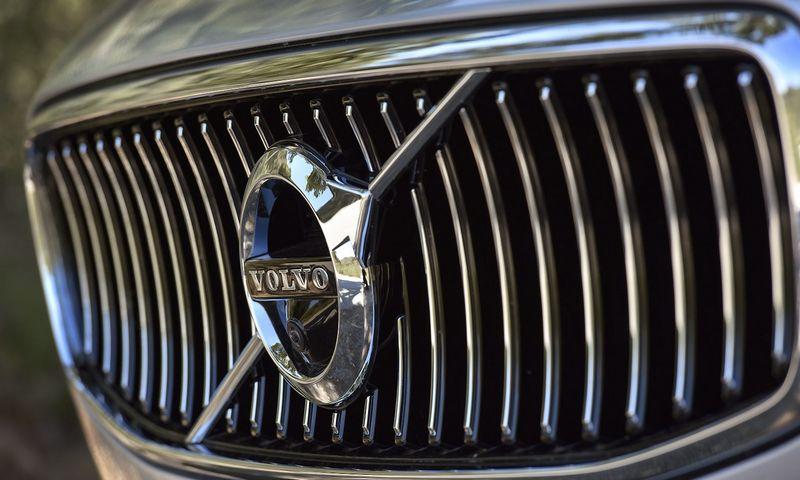 """""""Volvo"""" rengiasi pristatyti didesnio pravažumo V90 universalą. Anderso Wiklundo (""""Reuters"""" / """"Scanpix"""") nuotr."""