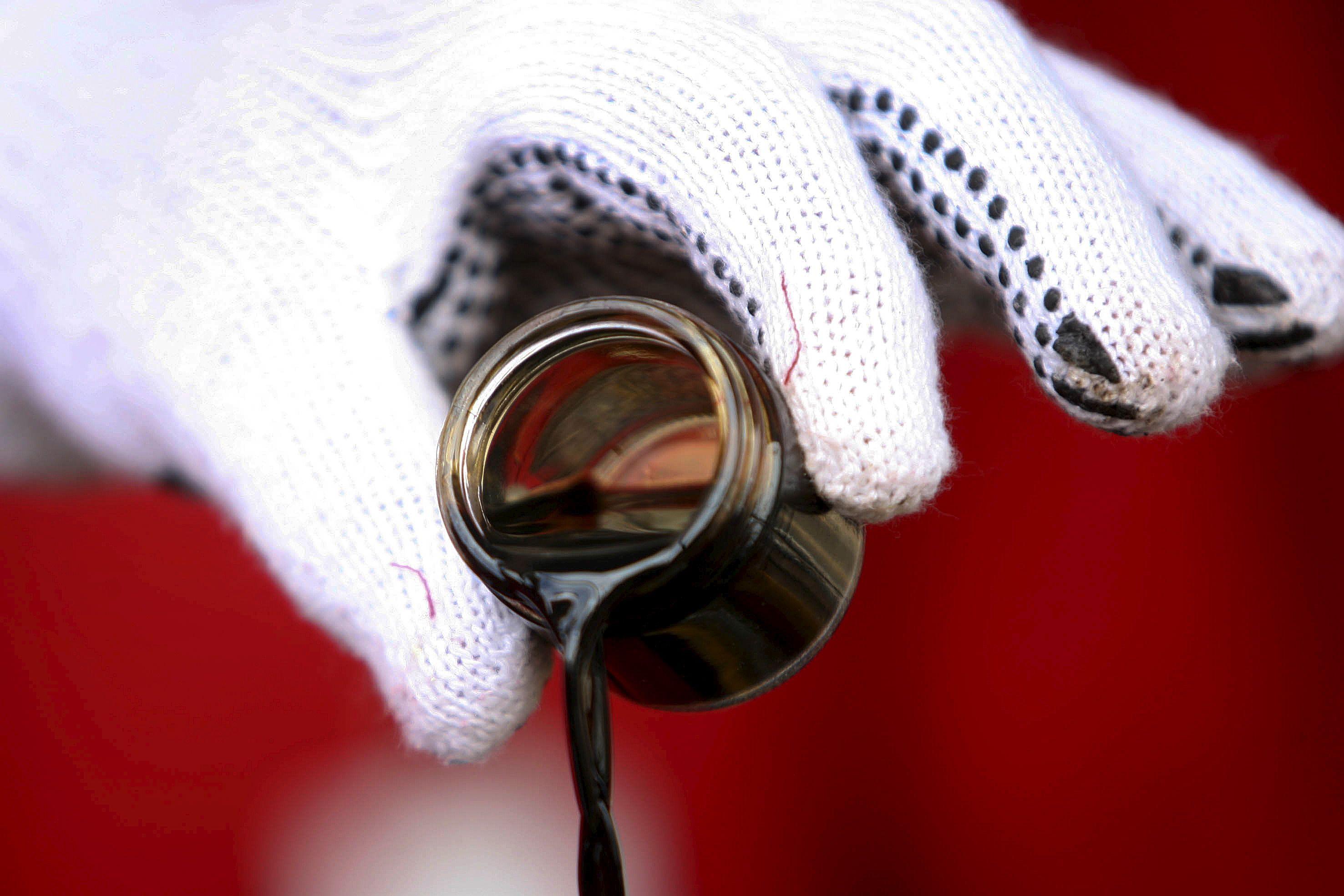 Naftos pasiūlos perteklius prognozuojamas ir kitąmet