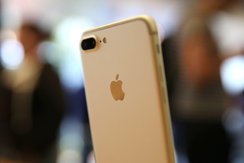 """Oficialūs """"Apple"""" atstovai naujausią """"iPhone"""" ir vėl atgabens vėliau nei kiti"""