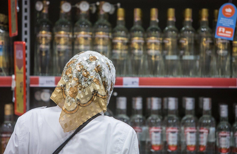Seimas�stabdo dokument� reikalavim� perkant alkohol�, bet neai�ku, ar pavyks