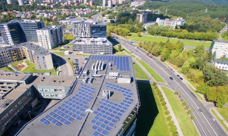 """Saulės jėgainės, įrengtos ant """"Technopolis Lietuva"""" biurų pastato BETA stogo, pagamintą elektrą vartoja čia įsikūręs SEB bankas ir """"Western Union processing Lithuania"""".  BFL nuotr."""