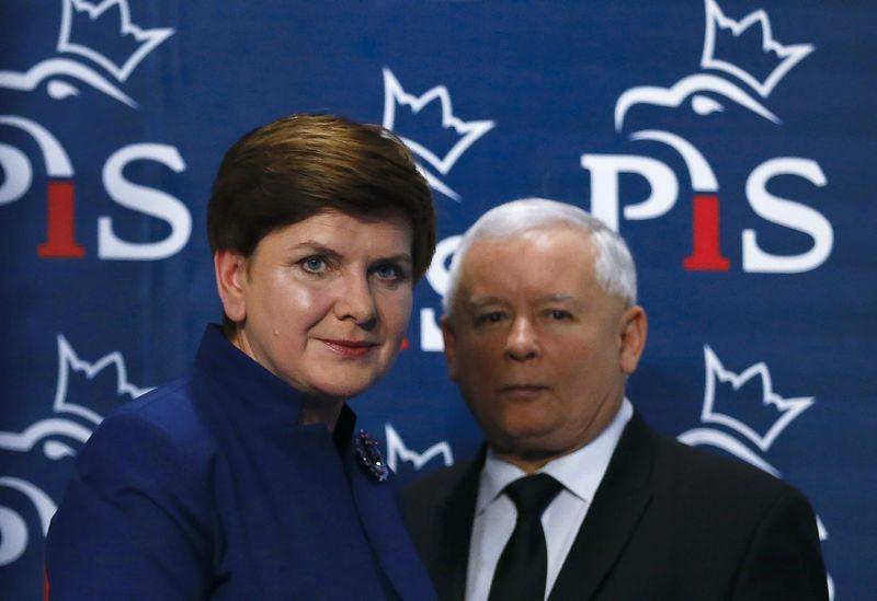 """Jaroslawas Kaczynskis, partijos """"Teisė ir Teisingumas"""" lyderis ir Beata Szydlo, Lenkijos premjerė. Kacpero Pempelio (""""Reuters"""" / """"Scanpix"""") nuotr."""