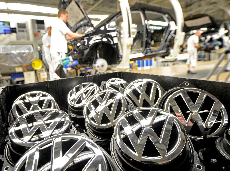 """Skaičiuoja, kokią baudą """"Volkswagen"""" galės iškęsti ir nenumirti"""