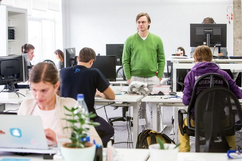"""Aurimas Klimavičius, """"Vinted"""" klientų aptarnavimo komandos vadovas: """"Vis dažniau klientų aptarnavimas vertinamas plačiąja prasme, o priimant žmones į šį darbą ieškoma pardavėjo kompetencijų"""". Juditos Grigeytės (VŽ) nuotr."""