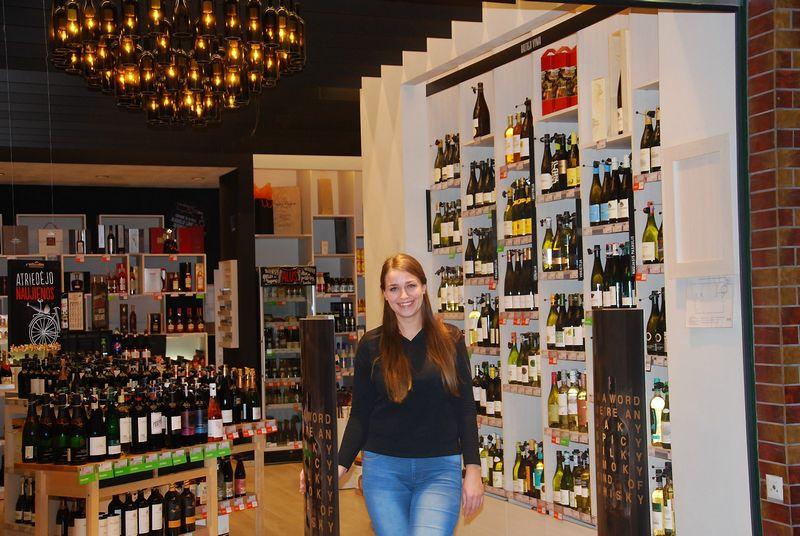 """Sandra Pažereckaitė, bendrovės """"Mineraliniai vandenys"""" valdomų specializuotų gėrimų parduotuvių tinklo """"Bottlery"""" parduotuvės Klaipėdoje vyr. konsultantė – pardavėja. Mildos Ancevičės (VŽ) nuotr."""