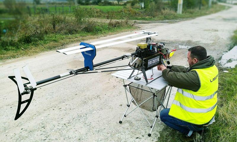"""Bepiločiu sraigtasparniu """"Laserpas"""" apžiūrės elektros tinklus. Bendrovės nuotr."""