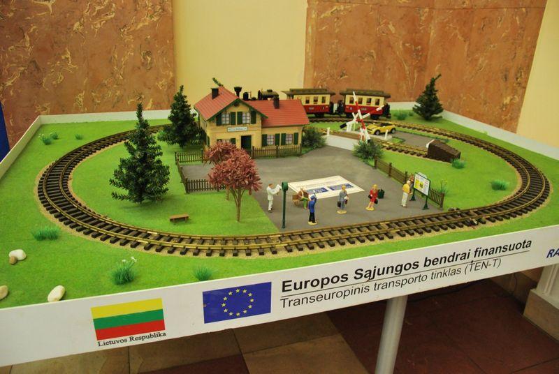"""Simbolinis """"Rail Baltica"""" maketas Kauno geležinkelio stotyje. Indrės Sesartės (VŽ) nuotr."""