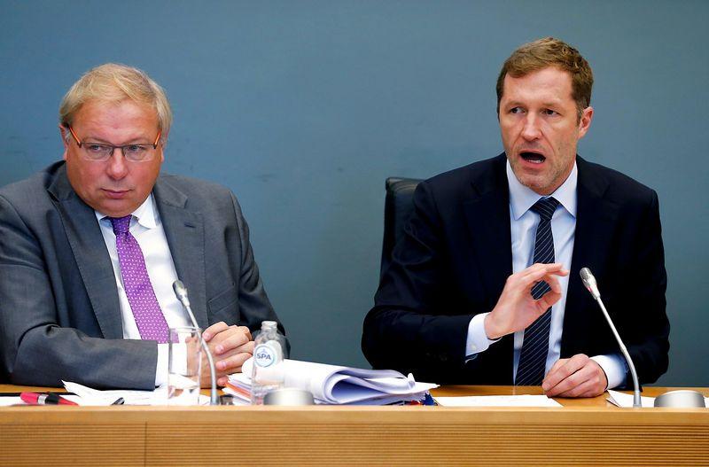 """Iš kairės: Paul Magnette, Valonijos premjeras, ir Andre Antoine, Valonijos parlamento pirmininkas. Francois Lenoir (""""Reuters"""" / """"Scanpix"""") nuotr."""