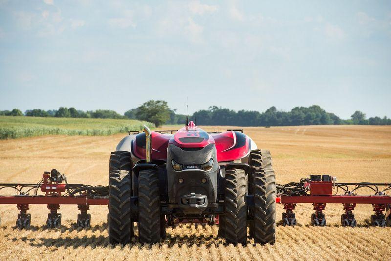 """Savavaldis """"Case IH"""" traktorius neturi vairuotojo kabinos, tad jį valdyti galima tik kompiuteriu. Gamintojo nuotr."""