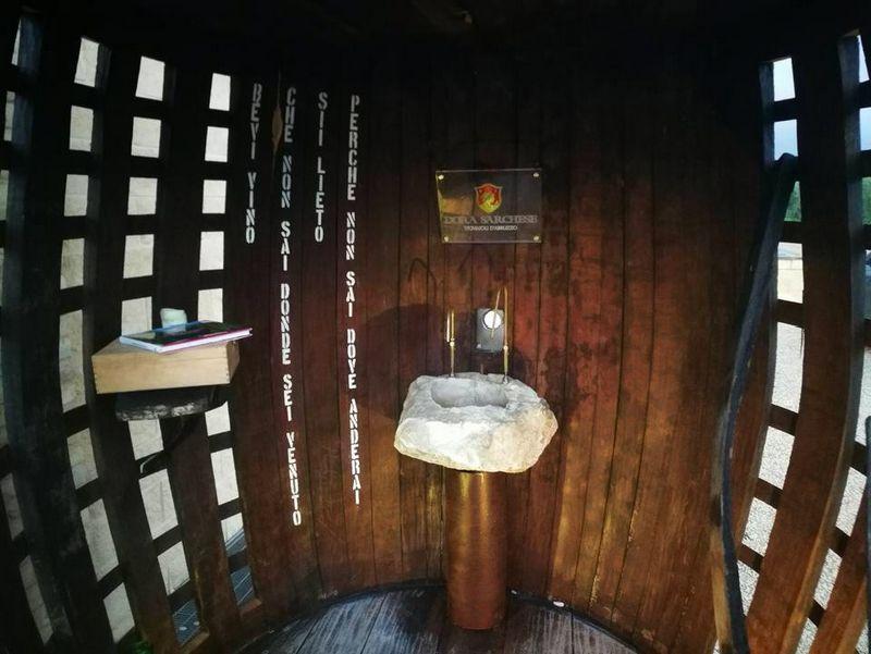 """Nemokamo vyno fontanas atidarytas """"Dora Sarchese Vini"""" vyninėje, veikiančioje Ortono miesto pašonėje.  Fausto di Nella nuotr."""