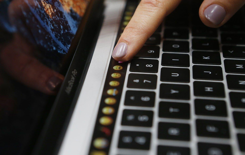Naujieji��MacBook Pro�: valdymo mygtukai pakeisti lietimui jautriu ekranu