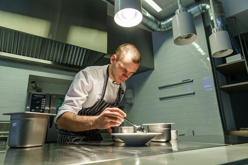 """Restorano """"Sweet Root"""" virtuvėje trūsia virtuvės meistras Justinas Misius. Vladimiro Ivanovo (VŽ) nuotr."""