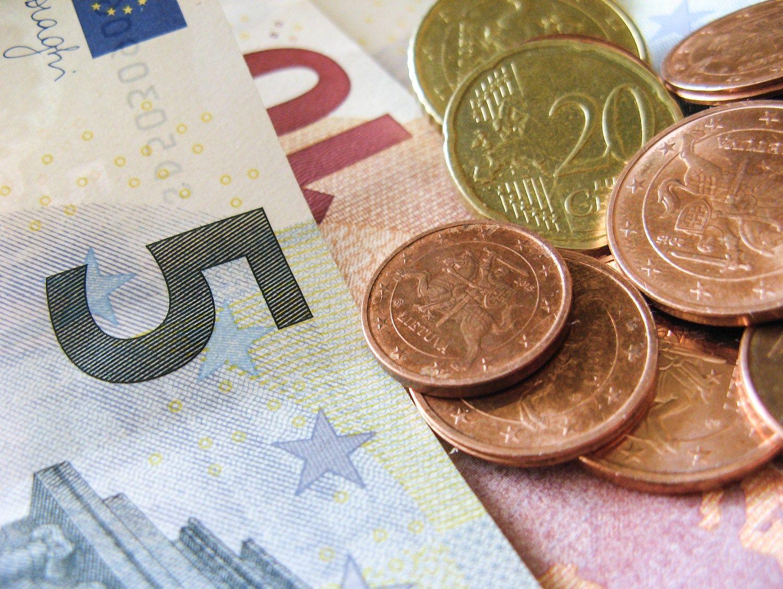 Lietuvai skolinimasis kiek pabrango, bet palūkanos vis dar neigiamos