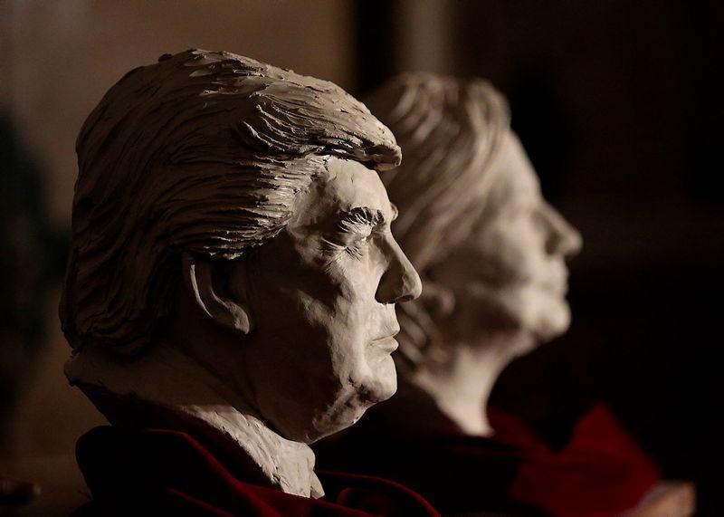 Dėl JAV prezidento posto kovoja Donaldas Trumpas ir Hillary Clinton. REUTERS/Andrea Comas nuotr.