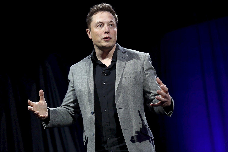 """Elonas Muskas, """"Tesla"""" """"Space X"""" ir keleto kitų bendrovių įkūrėjas bei vizionierius, organizaciją """"Open AI"""" kartu su bendraminčiais įkūrė ir 1 mlrd. USD finansavimą jai skyrė 2015 m. gruodį, nerimaudamas, kad neatsakingos įmones ar mokslininkai gali sukurti nekontroliuojamą dirbtinį intelektą, kuris vėliau sukels pavojų visai žmonijai. Patricko T. Fallono (""""Scanpix""""/""""Reuters"""") nuotr."""