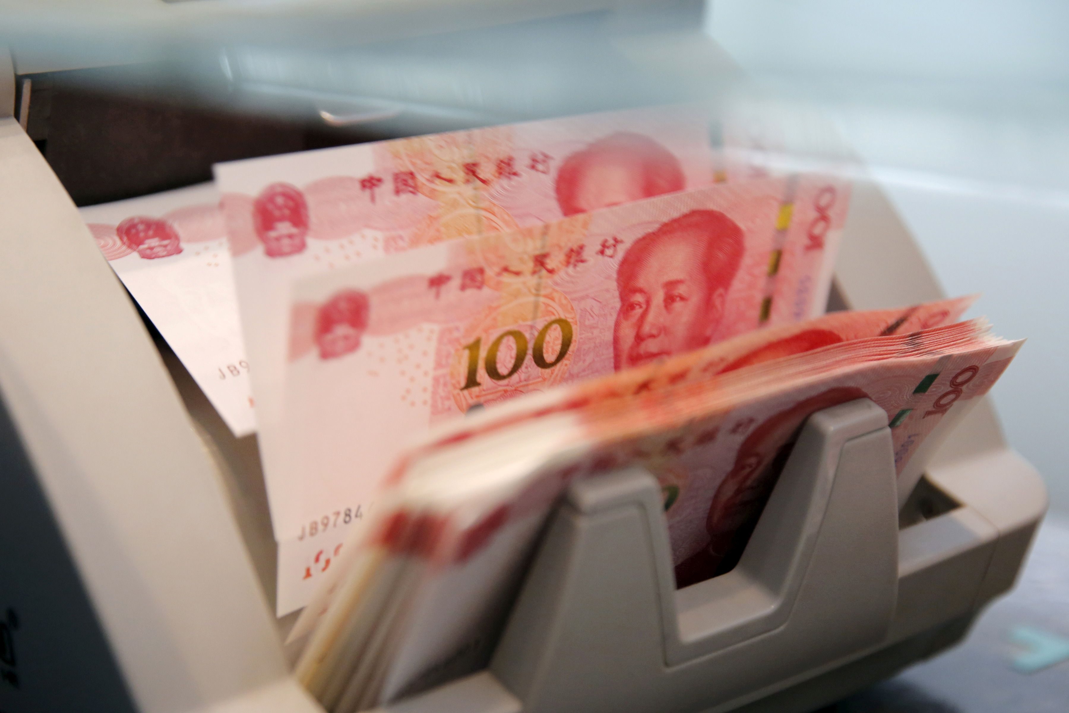 Kinijos juanis – silpniausias per 8 metus