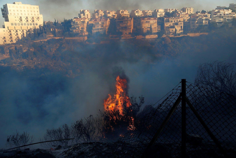 Izraelis kovoja su ugnimi: dešimtys tūkstančių evakuota