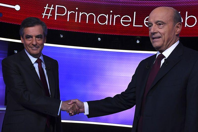 """Alainas Juppe ir Francois Fillonas, respublikonų kandidatai siekti prezidento posto. Erico Feferbergo (""""Reuters"""" / """"Scanpix"""") nuotr."""