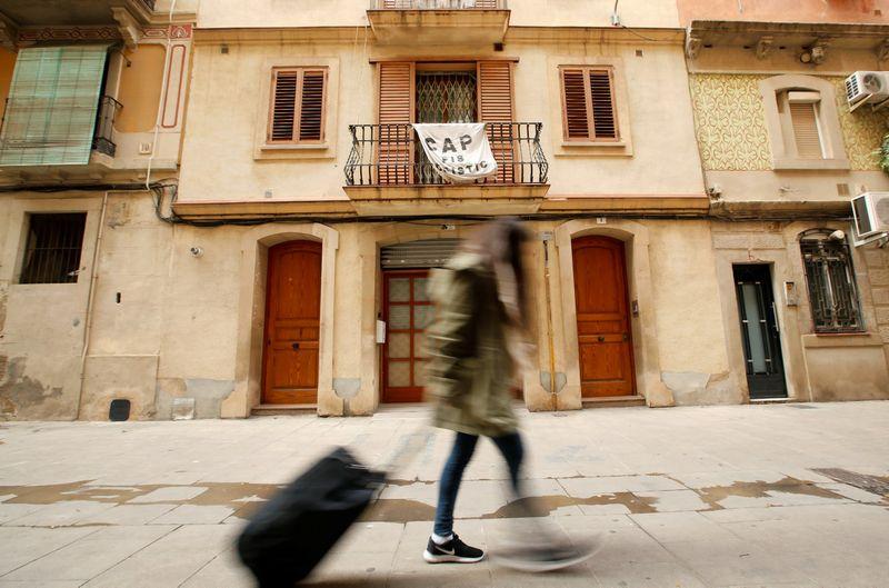 """Prieš turistams nuomojamus butus protestuojantis užrašas Barselonos rajone Barselonetoje.  Alberto Gea (""""Reuters"""" / """"Scanpix"""") nuotr."""