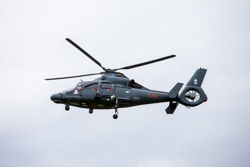 """Lietuvos kariuomenės sraigtasparnis """"Eurocopter Dauphin"""". Juditos Grigelytės (VŽ) nuotr."""