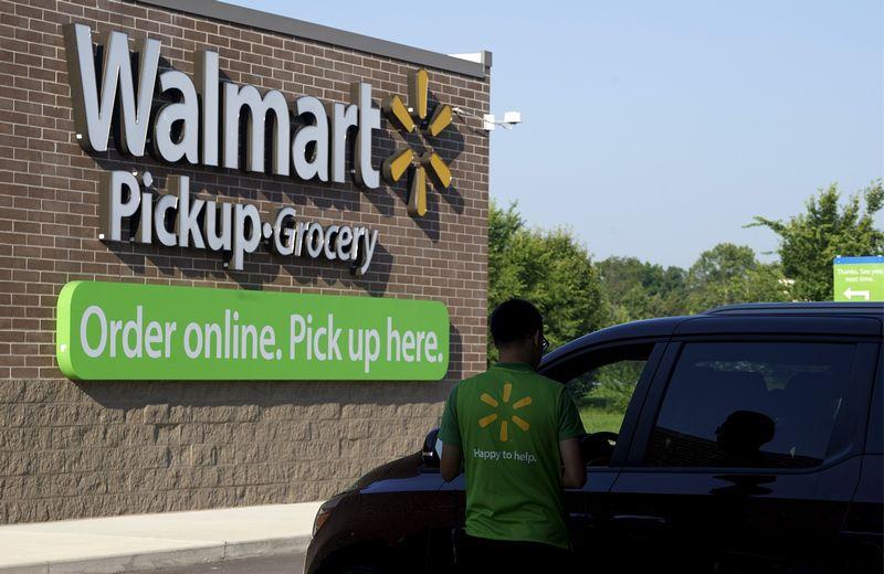 """Didžiausias Jungtinių Valstijų mažmenininkas """"Walmart"""" siūlo atsiųsti jiems prekių sąrašą ir užsakymą atsiimti prie pasirinktos parduotuvės. Ricko Wilkingo (""""Reuters"""") nuotr."""