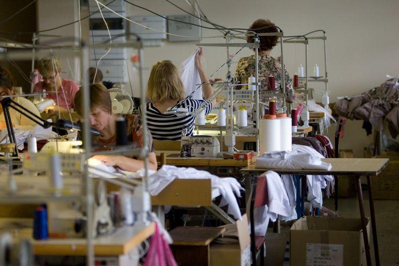 """Telšiuose veikiančioje siuvykloje siuvamus drabužius UAB """"Sidonas ir Ko"""" jau daug metų realizuoja tik per nuosavą trijose Baltijos šalyse veikiantį parduotuvių tinklą.  Algimanto Kalvaičio nuotr."""