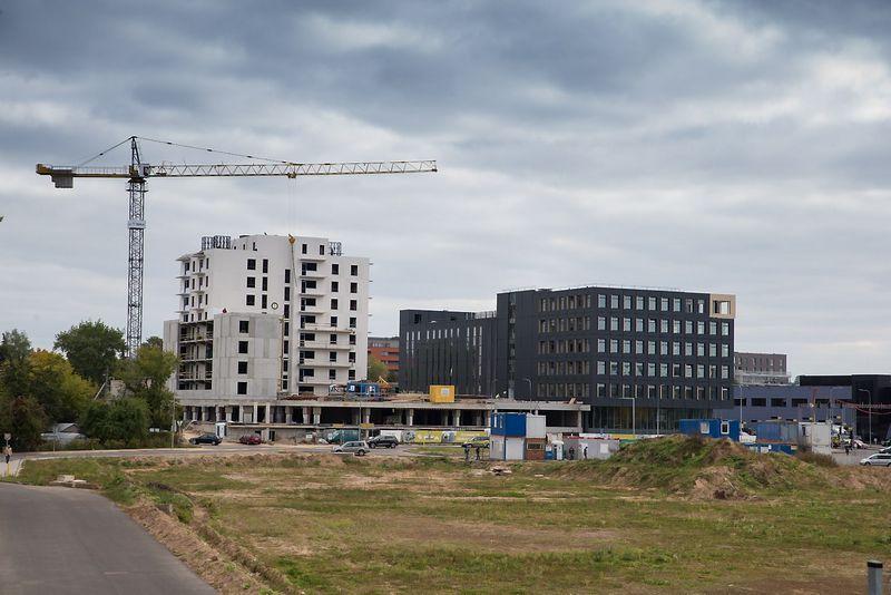 """Verslo centras """"Žalgirio 135"""" su daugiabučių kompleksu.  Vladimiro Ivanovo (VŽ) nuotr."""