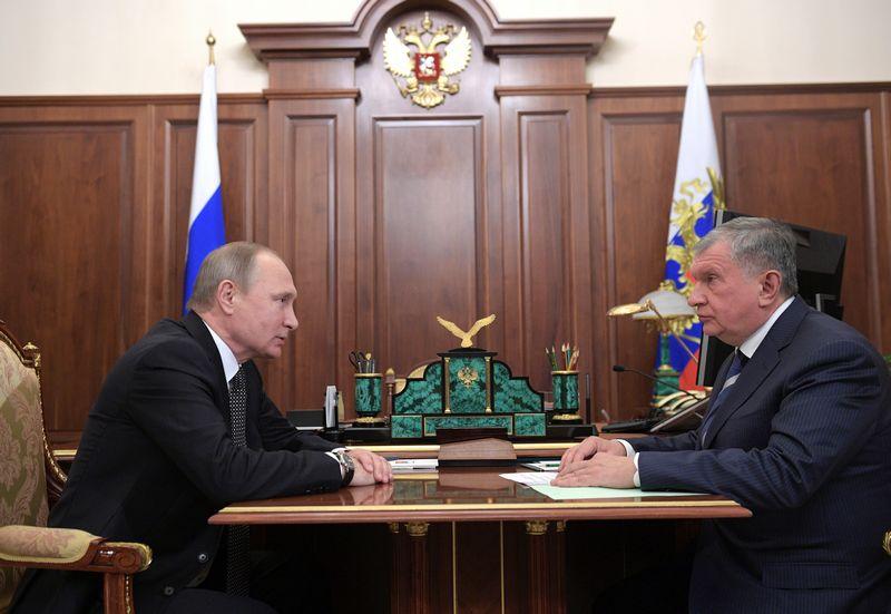 """Rusijos prezidentas Vladimiras Putinas ir """"Rosneft"""" vadovas Igoris Sečinas triumfuodami paskelbė pardavę penktadalį """"Rosneft"""" akcijų užsienio investuotojams. Aleksejaus Družinino (""""Sputnik"""" / """"Scanpix"""") nuotr."""