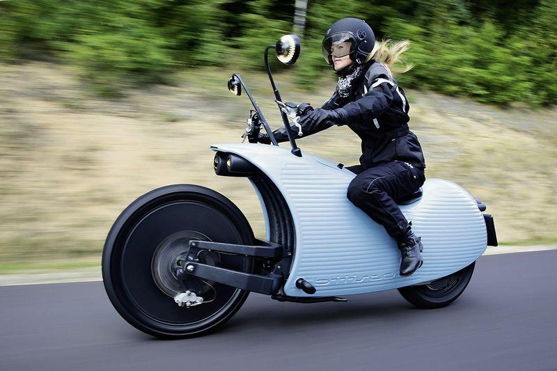"""Motociklas """"Johammer J1"""" urbanizuotose vietovėse gali nuvažiuoti iki 300 km, o kai stovi garaže, gali būti naudojamas kaip elektros energijos talpykla. Gamintojo nuotr."""