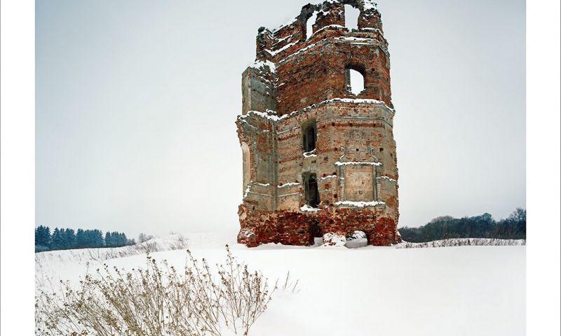Smalėnai. 2015. Kunigaikščių Sanguškų pilies likučiai. Baltojo Kovelio pilį Smalėnuose pastatydino Minsko ir Vitebsko vaivada Simonas Samuelis Sanguška 1626 m.  Renesansinės pilies korpusai sudarė uždarą vidinį kiemą, į jį išėjo visų salių ir kambarių langai; gynybai skirtos patalpos buvo išdėstytos išorėje. Sugriauta per karus su Maskva ir su Švedija (XVII a. vid. – XVIII a. pr.), atstatyta; XIX a. apleista, išparduota plytomis. Liko tik pagrindinio penkių tarpsnių bokšto griuvėsiai.