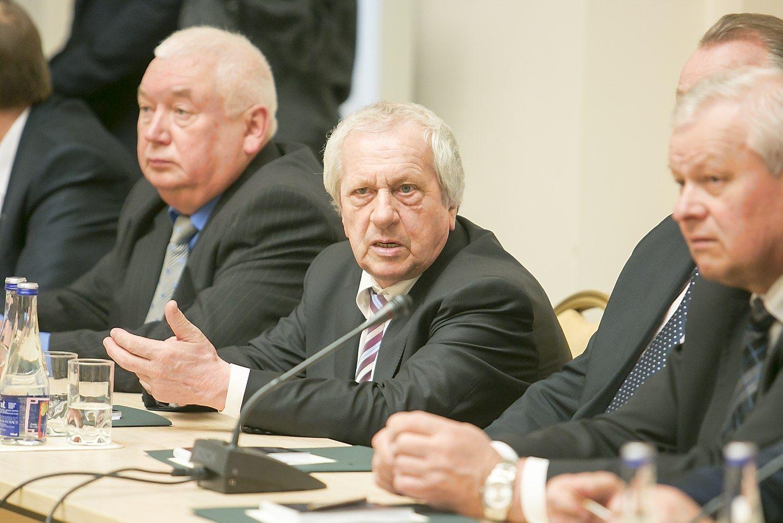 Po teismo sprendimo traukiasi Šakių meras
