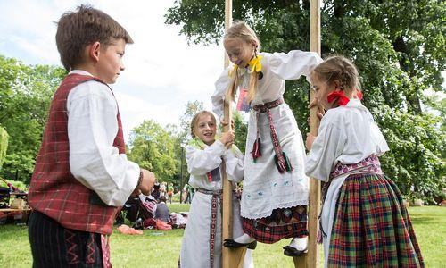 Gamintojai įvertino vaikiško tautinio kostiumo kainą: nerealu