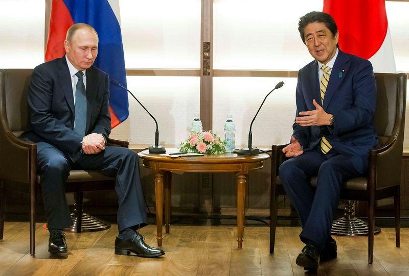 "Vladimiras Putinas ir Shinzo Abe. Aleksandro Zemlianičenko (""Reuters"" / ""Scanpix) nuotr."