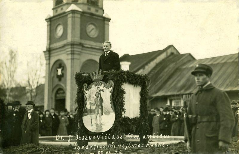 Lietuvos Respublikos Prezidentas Kazys Grinius kalba daktaro J. Basanavičiaus 75-mečio minėjimo metu Karo muziejaus sodelyje, 1926 m. Lietuvos centrinio valstybės archyvo nuotr.