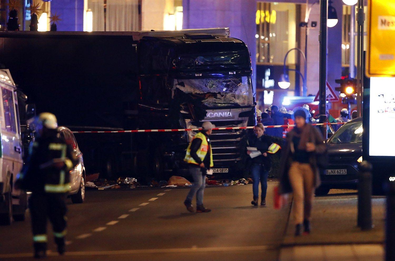 Išpuolis Berlyne: sunkvežimis įvažiavo į miniąkalėdiniame turgelyje