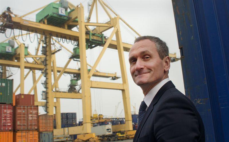 """Vaidotas Šileika, Klaipėdos konteinerių terminalo (KKT) generalinis direktorius, sako, kad didieji bendrovės investiciniai planai susiję su Malkų įlankoje prasidėjusiais gilinimo darbais: """"Atlikus šiuos infrastruktūros darbus, mums atsivers galimybės priimti didesnius laivus, todėl bus reikalinga našesnė ir didesnė krovos technika, į kurią esame pasirengę investuoti."""" Algimanto Kalvaičio nuotr."""