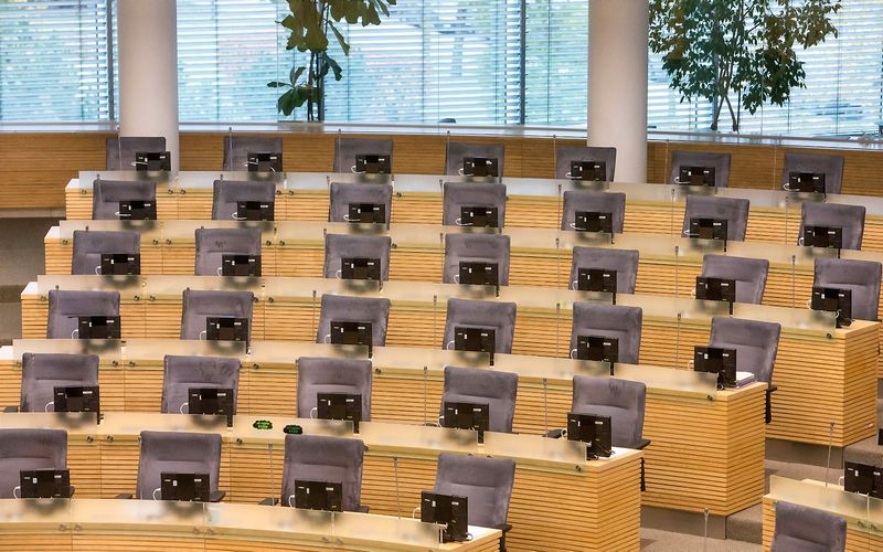 Seimo rūmų posėdžių salėje kėdžių siūloma sumažinti nuo 141 iki 101. Juditos Grigelytės (VŽ) nuotr.