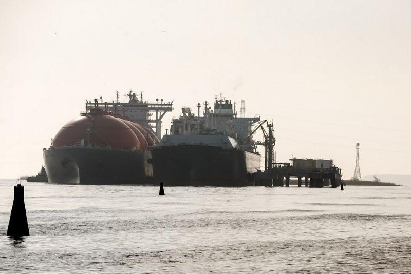 """Klaipėdos uostas. Suskystintų gamtinių dujų terminalas """"Independence"""" ir dujovežis """"Arctic Voyager"""". Vladimiro Ivanovo (VŽ) nuotr."""