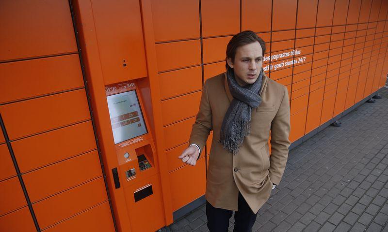 """Simonas Bielskis, """"Omniva LT"""" generalinis direktorius, sako, kad dėl šventinio piko """"Omniva"""" populiariausius paštomatus pildo ne kartą, o 3–4 kartus per parą, taip pat siuntas patiki išdalyti ir prie paštomatų laukiantiems kurjeriams. Vladimiro ivanovo (vž) NUOTR."""