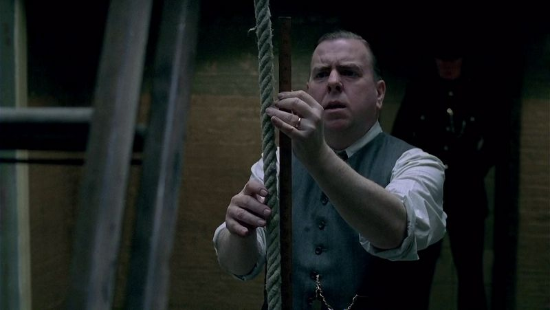 """Stop kadras iš filmo """"The last hangman""""."""