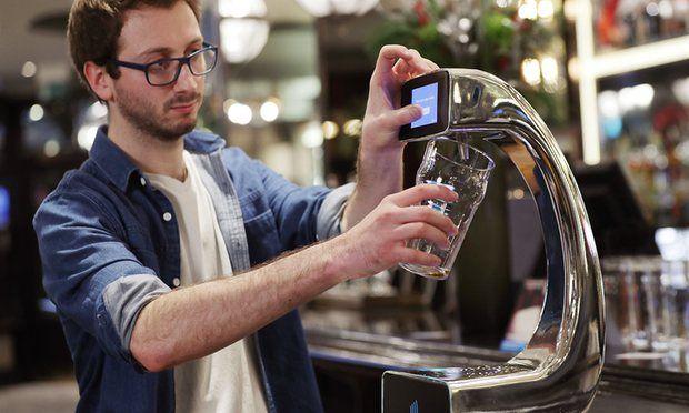 """""""Pay@pump"""" technologija leidžia alaus mėgėjams pripildyti bokalą vos per minutę.  Yui Moko / PA nuotr."""